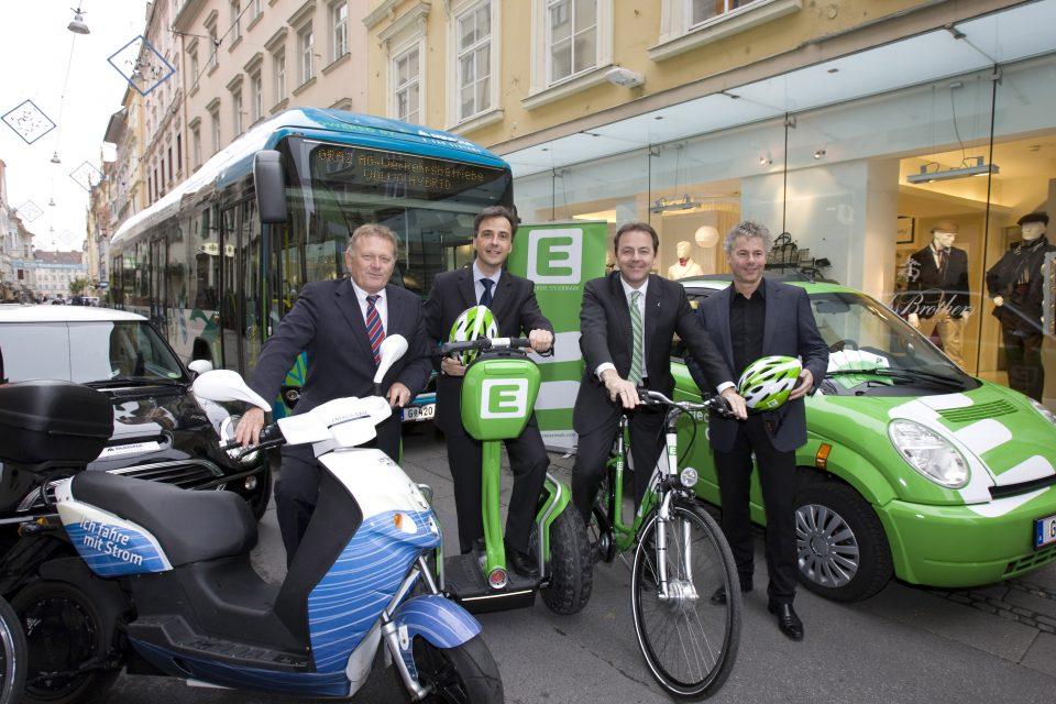 V.l.n.r.: Vorstandsdirektor Wolfgang Malik, BM Siegfried Nagl, HBM Niki Berlakovich und GF Ingmar Höbarth mit Elektrofahrzeugen _ E-Mobilty Pressekonferen in Graz