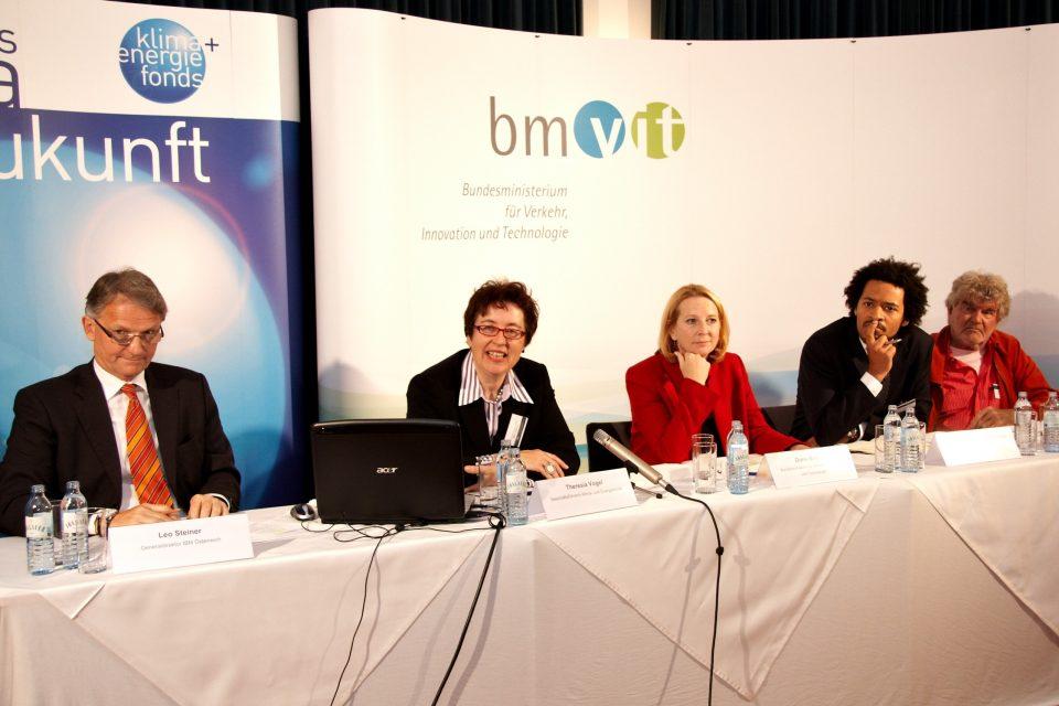V.l.n.r. GD DI Leo Steiner (IBM), GF Theresia Vogel (Klima- und Energiefonds), Bundesministerin Doris Bures (BMVIT), Christian Reimsbach-Kounatze (OECD) und Prof. Dr. Hartmut Esslinger (Universität für angewandte Kunst Wien)