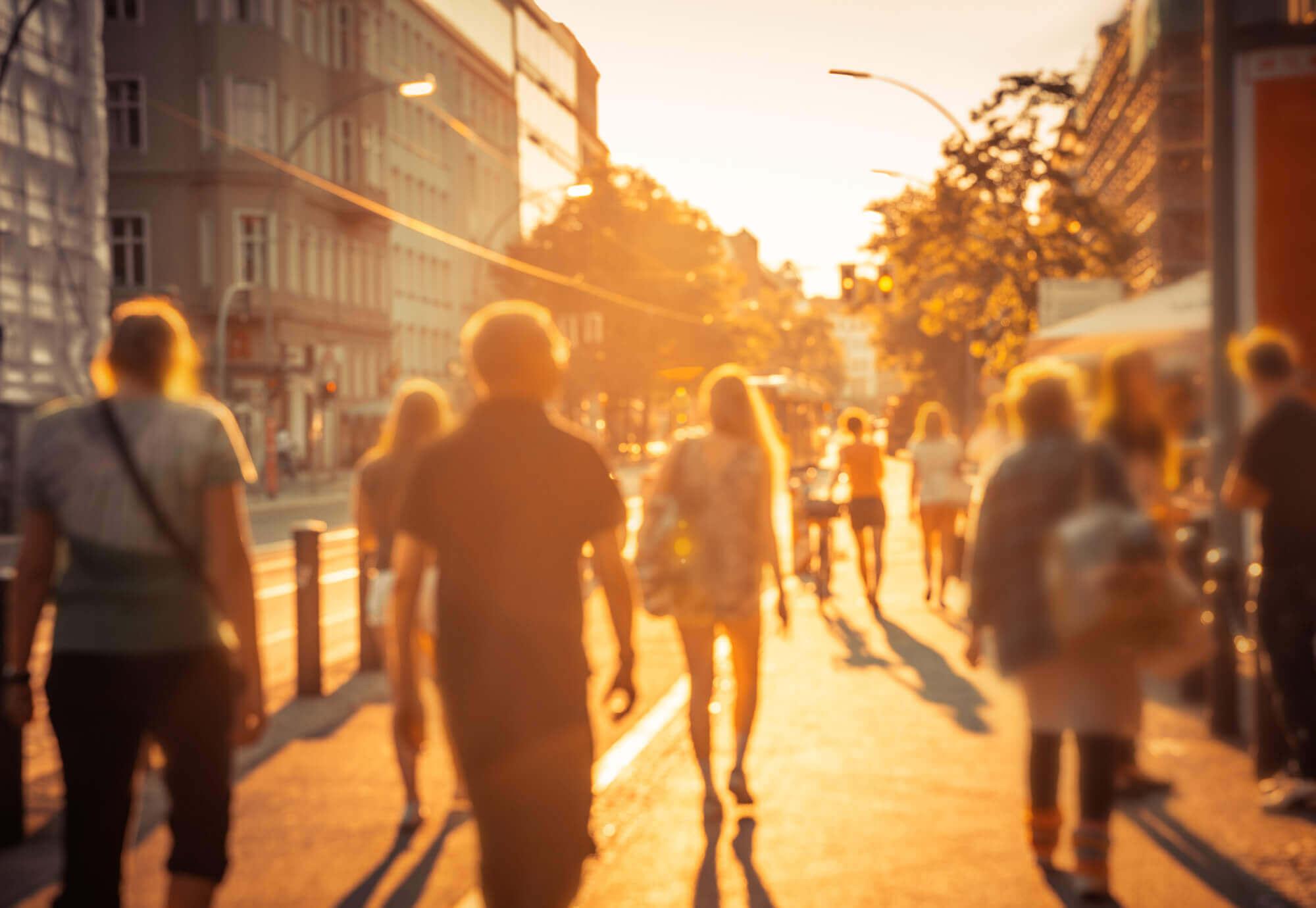 Immer mehr Hitzetage: Stadtbewohner_innen leiden unter den hohen Temperaturen von urbanen Hitzeinseln besonders.