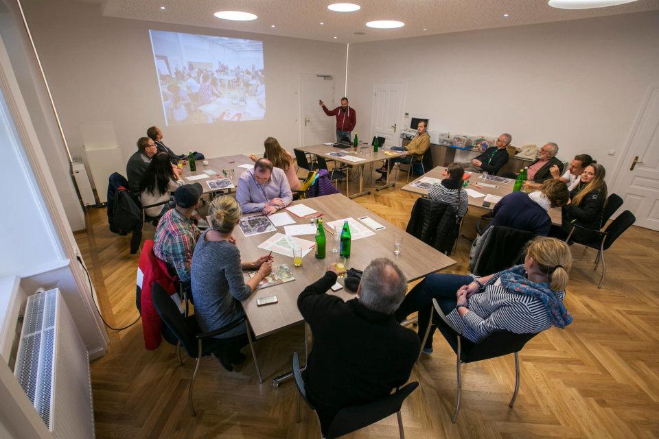 """Einleitend informiert Prozessbegleiter Stefan Parnreiter-Mathys die Teilnehmer über das Projekt """"Stadtoase St. Pölten"""" und die bereits erzielten Projektfortschritte."""