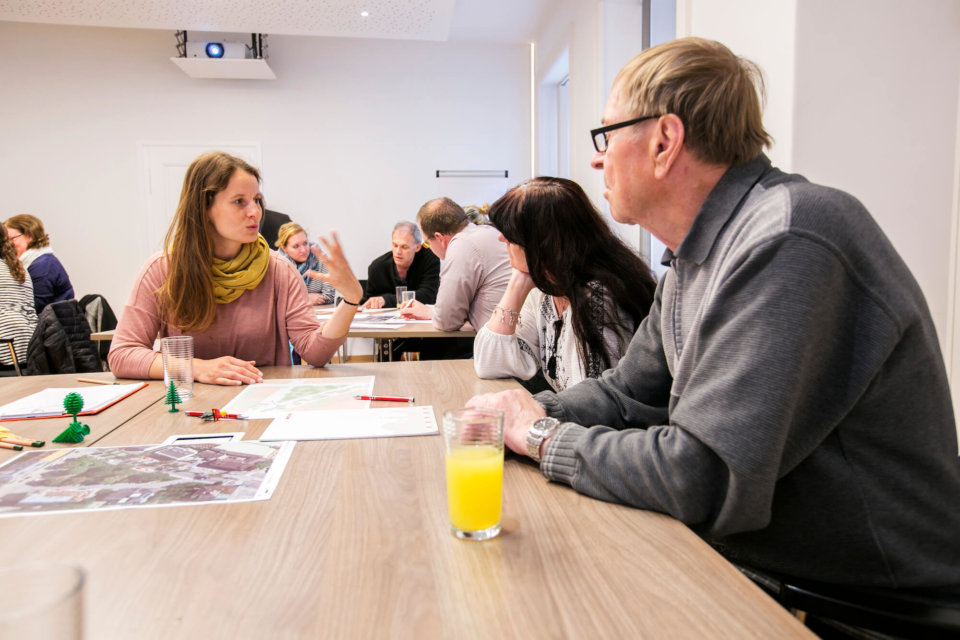 In Kleingruppen diskutieren die Teilnehmer_innen mögliche Verbesserungen für den Beserlpark.