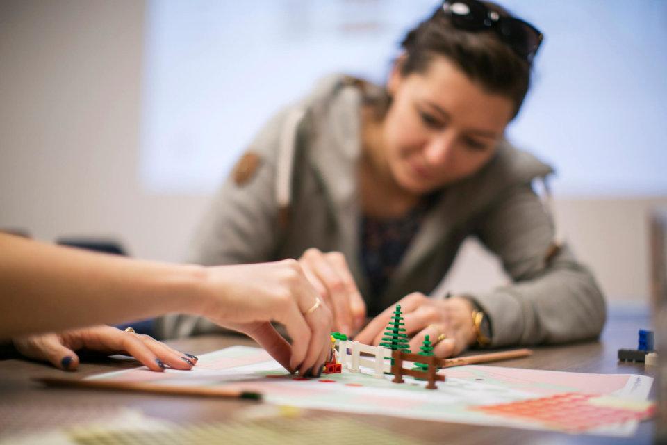Anschließend nehmen die Ideen mit Stift und Papier oder wie im Bild mit Lego-Bausteinen Form an.