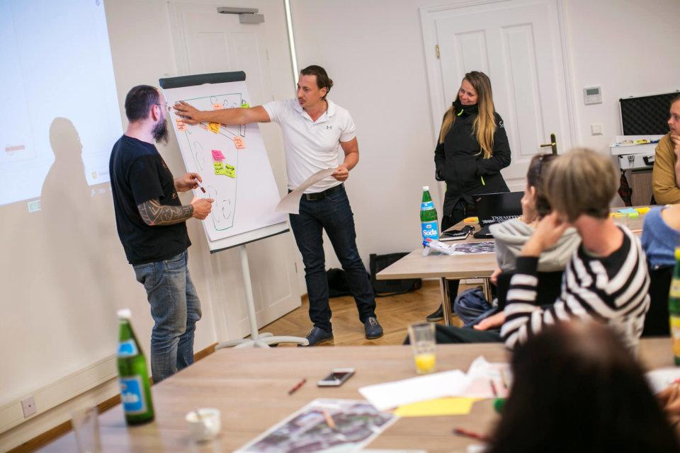 Feedbackrunde: Die in den Kleingruppen erarbeiteten Ideen und Umsetzungsvorschläge werden dann in großer Runde vorgetragen.