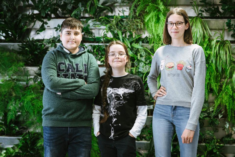Armaan, Laurin und Johanna (v.l.n.r.) wünschen sich noch mehr Grün in ihrer Schule.