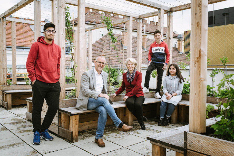 V.l.n.r.: Oberstufen-Schüler Ilia, Direktor Andreas Germ, Biologielehrerin Gabriele Huber, Schüler Magomed und Schülerin Elif (beide Unterstufe).